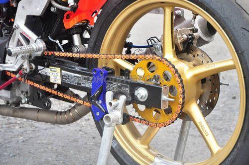 Bộ giảm xóc cao cấp Ohlins không thể thiếu trên những chiếc xe đua. Và vành bánh xe loại đua Gold Racing Boy hỗ trợ vận tốc tối đa cho xe.  Hô Biến Xe Winner 150 Độ Thành Xe Đua Chuyên Nghiệp  Không chỉ tại Indonesia, mẫu xe Honda Winner 150 tại Việt Nam đang được dân độ xe mê mẩn,