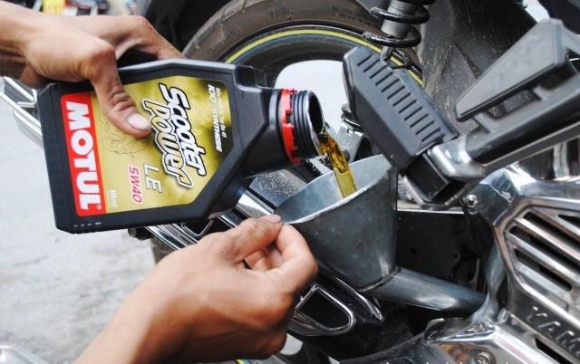 Hướng dẫn kiểm tra nhớt máy của xe máy